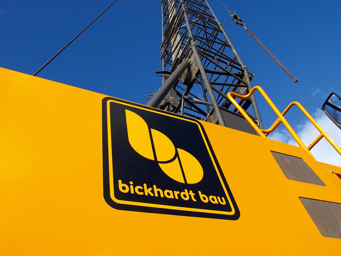 gelber Container der Firma Bickhardt Bau