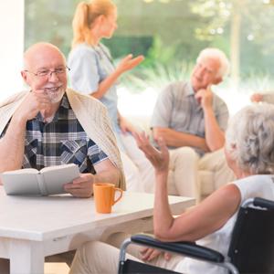Senioren in Altenheim unterhalten sich