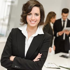 Geschäftsfrau im Kostüm mit Geschäftsleuten im Hintergrund
