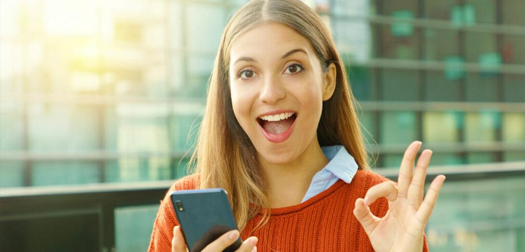 frau zufrieden smartphone