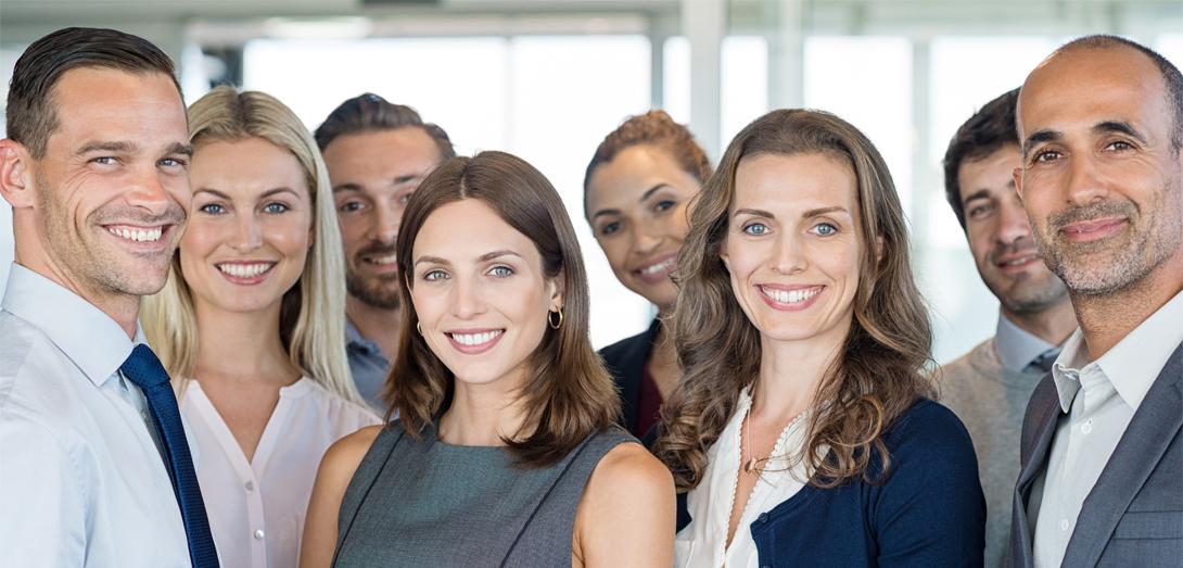 Gruppe von lächelnden Angestellten