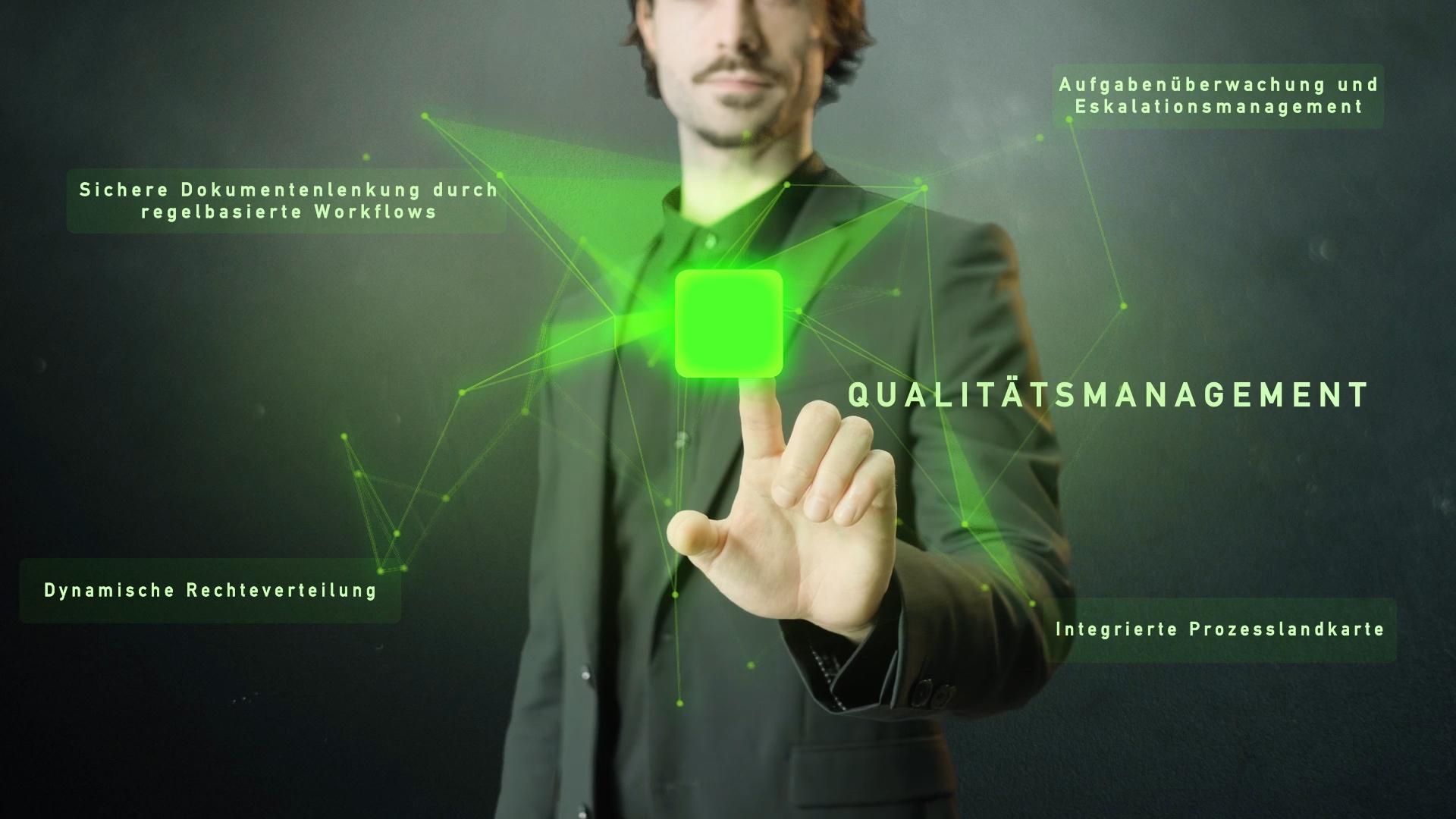 grünes Netzwerk mit Wort Qualitätsmanagement und Mann im Hintergrund