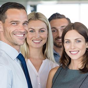 Vier lächelnde Mitarbeiter