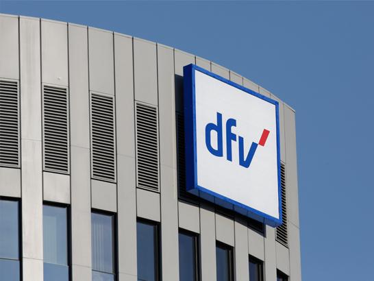 dfv-Logo an Stammhaus vor blauem Himmel