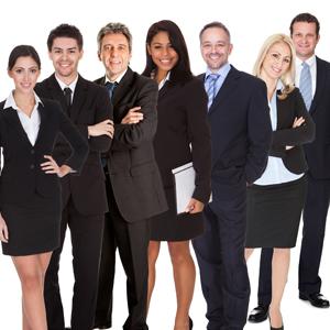 mehrere Geschäftsleute stehen in einer Reihe und lächeln